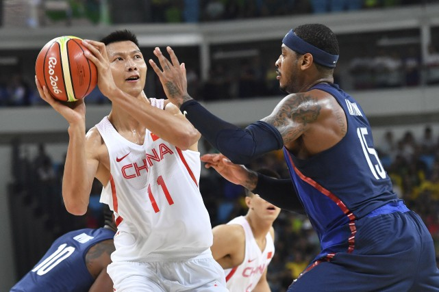 Le Chinois Yi Jianlian devant le joueur étoile... (AFP, Andrej Isakovic)