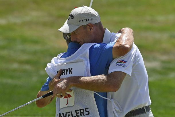 Jim Furyk célèbre avec son caddie Mike «Fluff»... (Fred Beckham, Associated Press)
