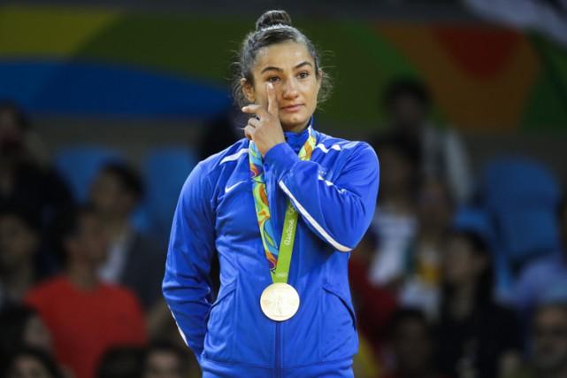 Majlinda Kelmendiessuie une larme sur le podium.... (PHOTO AP)