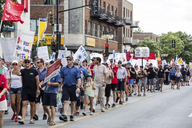 Des centaines d'employés syndiqués de Postes Canada ont manifesté devant le... (Édouard Plante-Fréchette, La Presse)