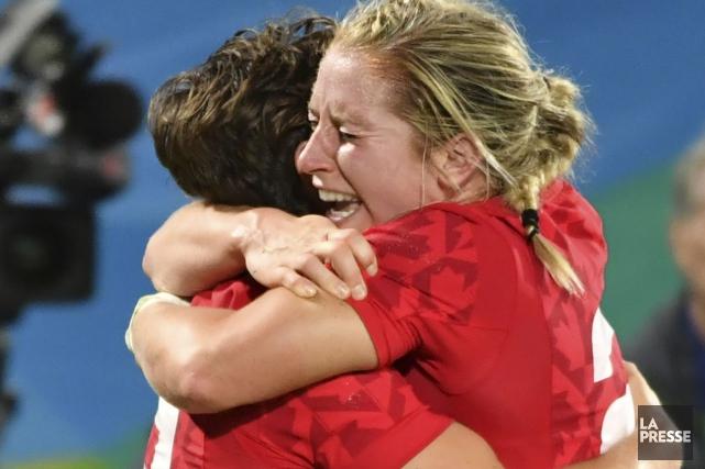 Ghislaine Landry et Kayla Moleschi célèbrent la victoire... (Photo Pascal Guyot, Agence France-Presse)
