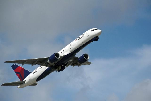 Des dizaines de milliers de passagers ont vu leur vol annulé ou retardé lundi... (AFP)