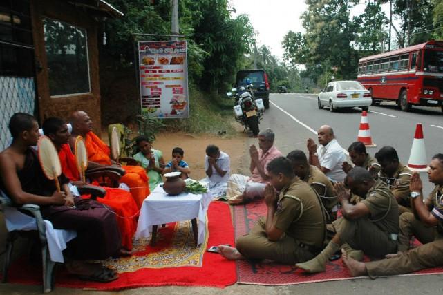 Trois moines bouddhistes ont été envoyés par la... (Photo AFP)