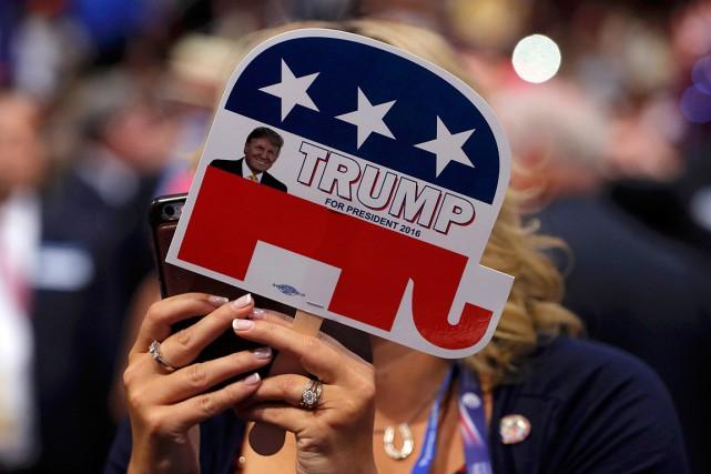 Une femme tient une pancarte pour afficher son... (PHOTO BRIAN SNYDER, ARCHIVES REUTERS)