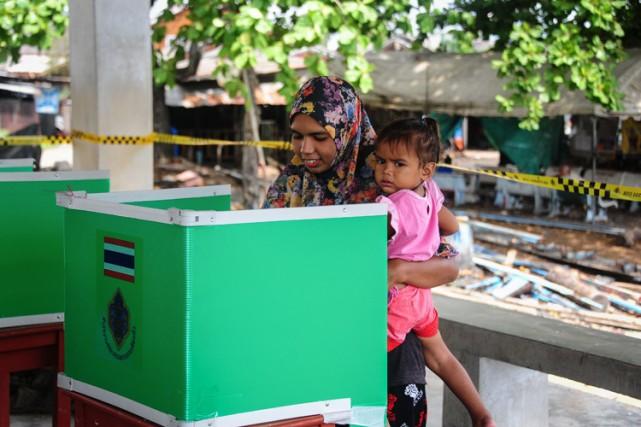 Les Thaïlandais ont adopté une nouvelle Constitution très... (PHOTO AFP)