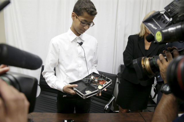 Ahmed Mohamed montre aux journalistes l'horlogede sa fabrication,... (AP, LM Otero)