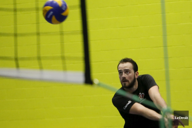 Alors que l'équipe nationale de volleyball masculin s'entraînait... (Simon Séguin-Bertrand, Archives LeDroit)