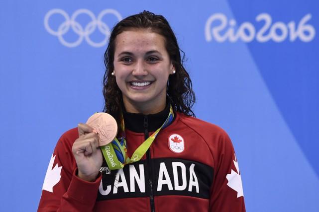 Kylie Masse pose avec sa médaille de bronze.... (PHOTO AFP)