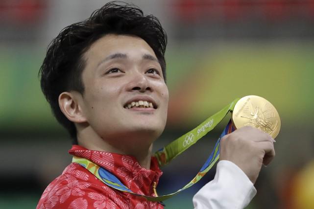 Le Japonais Yusuke Tanaka montre avec fierté sa... (AP, Dmitri Lovetsky)