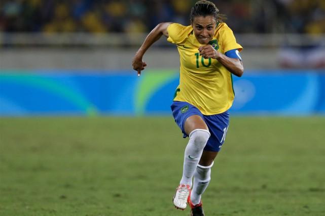 Marta, surnommée la «Pelé en jupons», est présentement... (AP, Leo Correa)