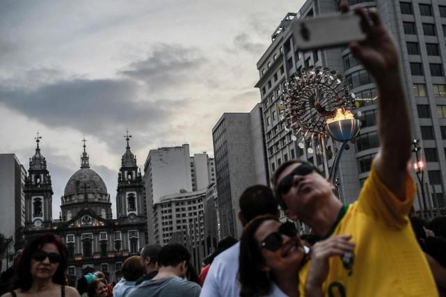 Des visiteurs se prennent en photo devant la... (Photo Jeff Pachoud, Agence France-Presse)