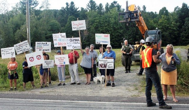 Les opposants au projet de tour de télécommunication en bordure de la route...