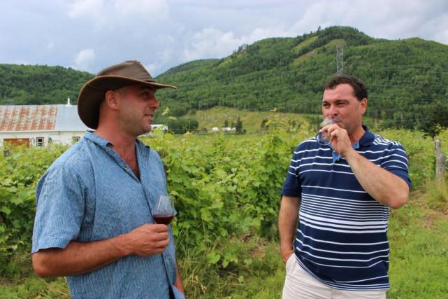 Maurice Dufour (à droite) etson maître de chai... (Photo Karyne Duplessis Piché, collaboration spéciale)