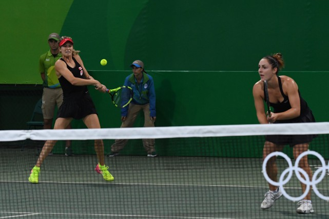 Les Canadiennes Eugenie Bouchard et Gabriela Dabrowski... (Photo Luis Acosta, AFP)