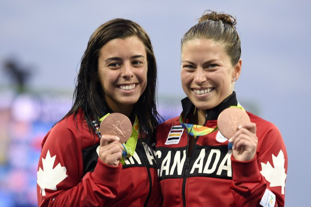 Meaghan Benfeito et Roseline Filion montrent fièrement leurs... (Photo Frank Gunn, PC)