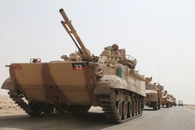 Une colonne de tanks saoudiens roule à Aden,... (PHOTO AFP)