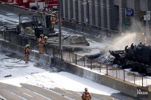 Un camion-citerne a pris feu et explosé sur l'autoroute métropolitaine, cet... (PHOTO OLIVIER JEAN, LA PRESSE)