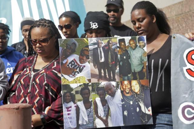 Des membres de la famille de Donnell Thompson... (PHOTO AP)