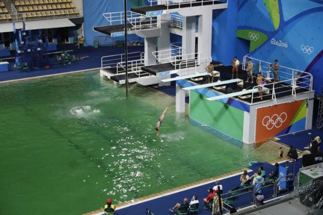 Le bassin olympique du plongeon, dont l'eau a mystérieusement tourné au vert... (PHOTO AP)