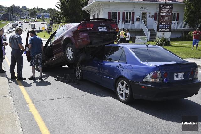 Un spectaculaire accident a perturbé la circulation sur le boulevard... (Photo Le Quotidien, Mariane L. St-Gelais)