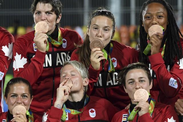 La joueuse de rugby Natasha Watcham-Roy (en haut... (Sean Kilpatrick, PC)