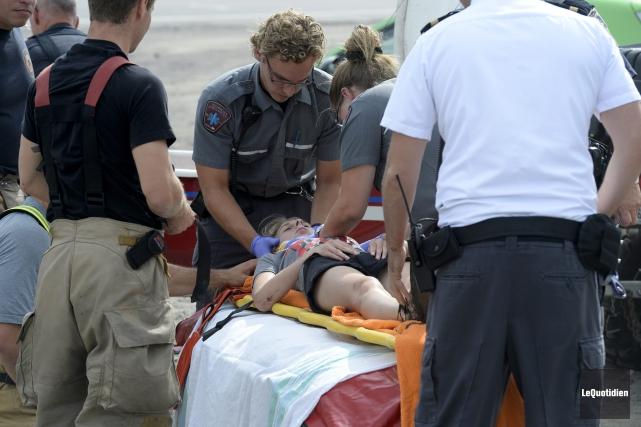 Une jeune femme d'une vingtaine d'années a dû être évacuée par les pompiers de... (Photo Le Quotidien, Jeannot Lévesque)