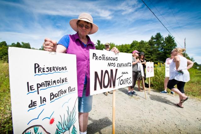 Des manifestants ont à nouveau bloqué le chemin... (Spectre Média, Jessica Garneau)