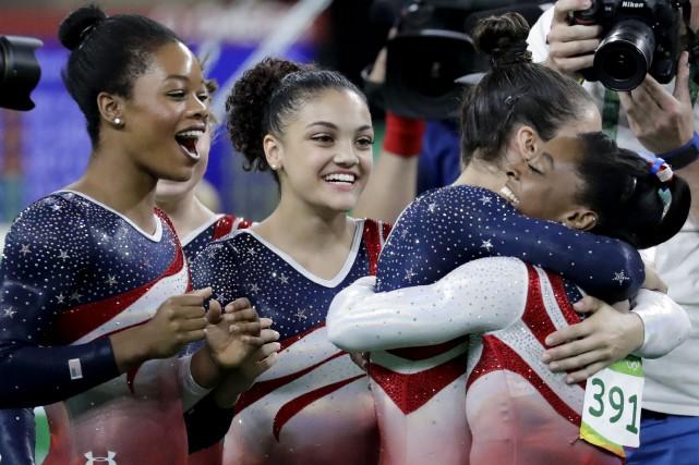 L'équipe américaine de gymnastique, Gabrielle Douglas, Lauren Hernandez,... (AP, Charlie Riedel)
