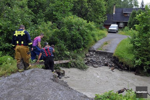 Durant deux jours, plusieurs inondations et glissements de... (Archives Le Quotidien, Rocket Lavoie)