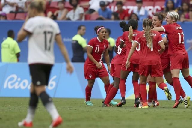 Les Canadiennes célèbrent le deuxième but deMelissa Tancredi.... (REUTERS)
