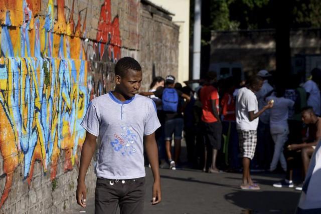 Des centaines de migrants ont élu domicile Via... (PHOTO FILIPPO MONTEFORTE, AFP)
