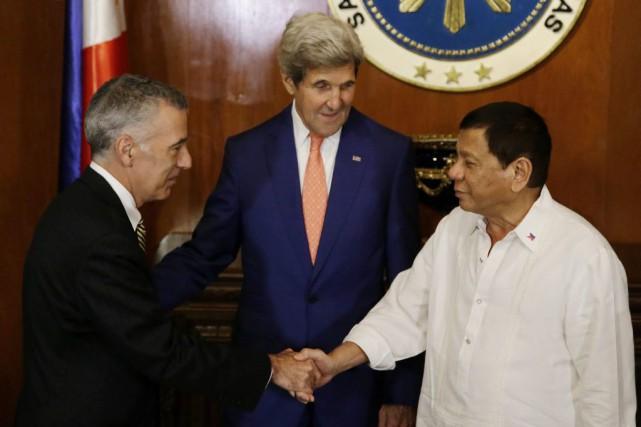 Le président philippinRodrigo Duterte (à droite) accueille l'ambassadeur... (Photo Aaron Favila, Archives AP)