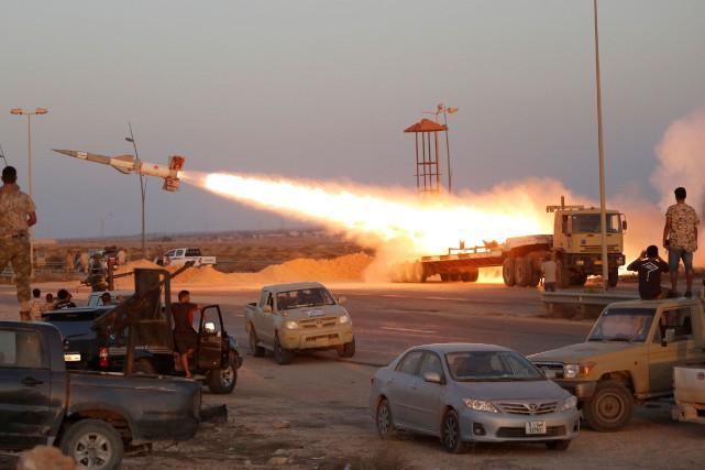 Sous le feu des forces du GNA, les... (PHOTO Goran Tomasevic, REUTERS)