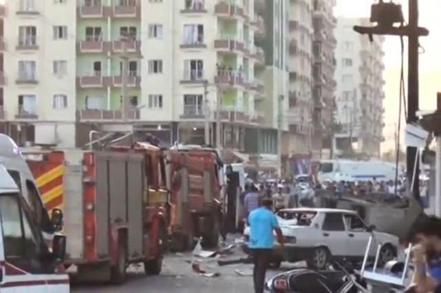 Une autre explosion quasi-simultanée a tué trois civils... (PHOTO REUTERS)