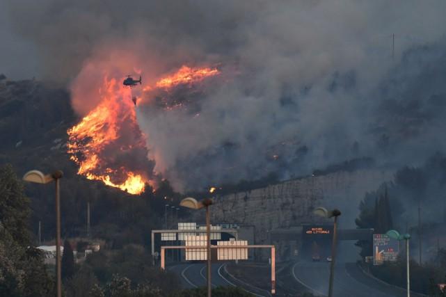 «Le feu part de partout, c'est incontrôlable», constatait... (PHOTO AFP)