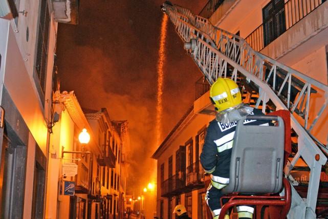 Les pompiers se sont battus toute la nuit... (PHOTO AP)