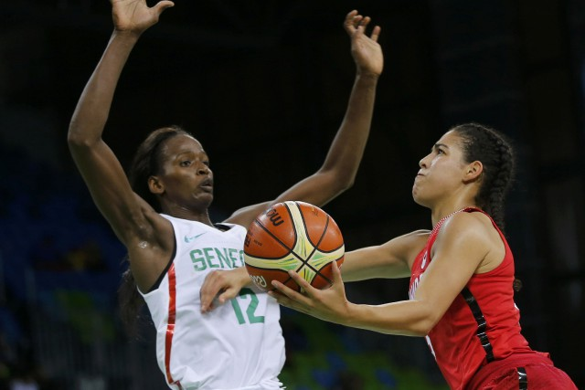 Mame Marie Sy, du Sénégal, et Kia Nurse,... (Photo Sergio Moraes, REUTERS)