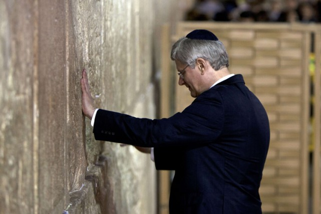 Stephen Harper touche le Mur des Lamentations, le site le... (ARCHIVES AFP)