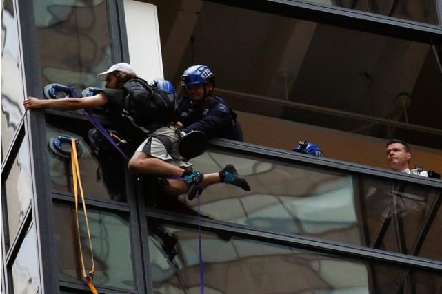 L'homme a été agrippé par des policiers qui... (PHOTO REUTERS)