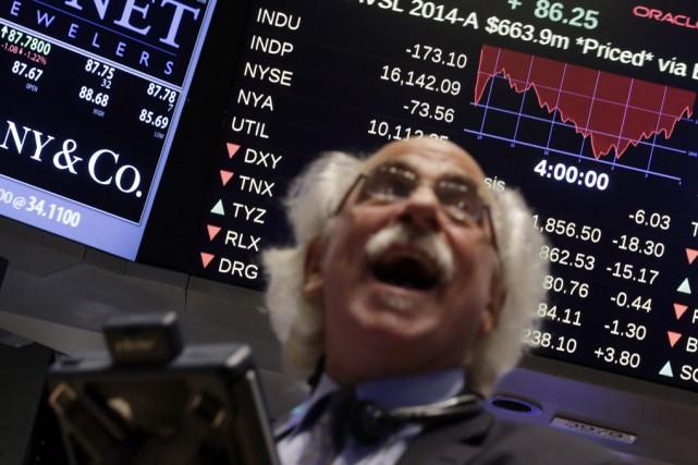 Les fonds d'investissement attirent de plus en plus... (Associated Press)