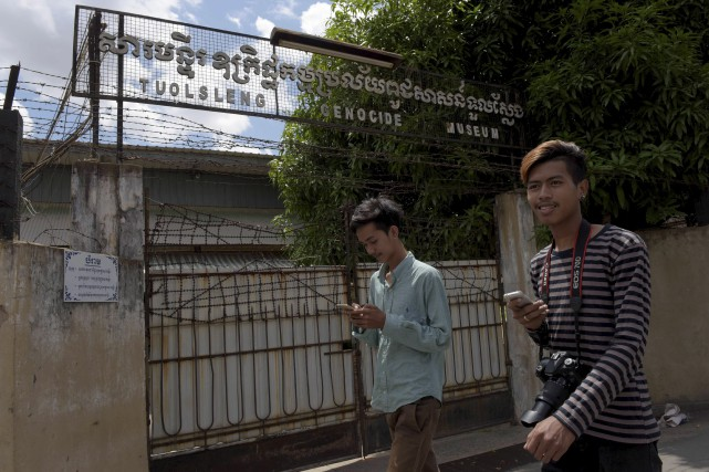 Deux jeunes Cambodgiens jouent à Pokémon Go devant... (AFP, Tang Chhin Sothy)