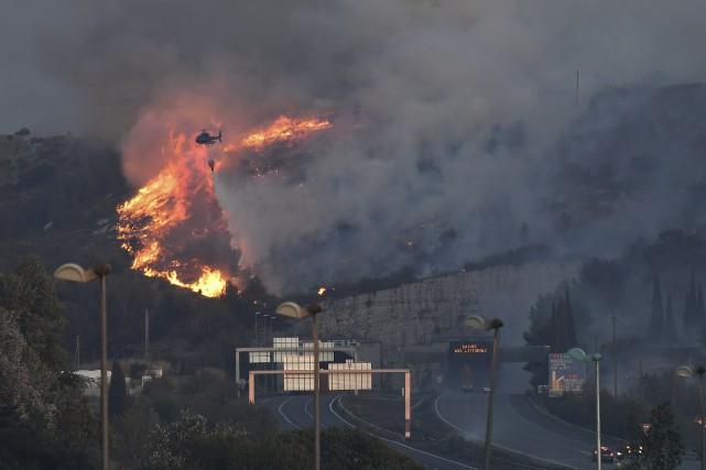 Les pompiers français doivent combattre un feu puissant... (AFP, Boris Horvat)