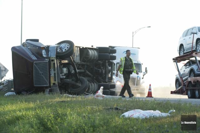 Un camion transportant un conteneur rempli de verre s'est renversé mercredi... (Photo: Sylvain Mayer Le Nouvelliste)