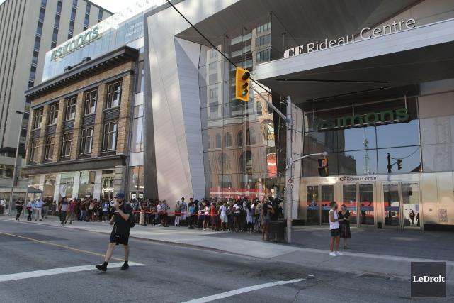 Des centaines de clients ont attendu l'ouverture des... (Patrick Woodbury, LeDroit)