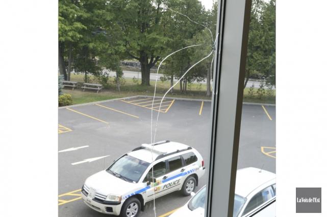 Chez Artopex, le remplacement de la fenêtre double... (Janick Marois, La Voix de l'Est)