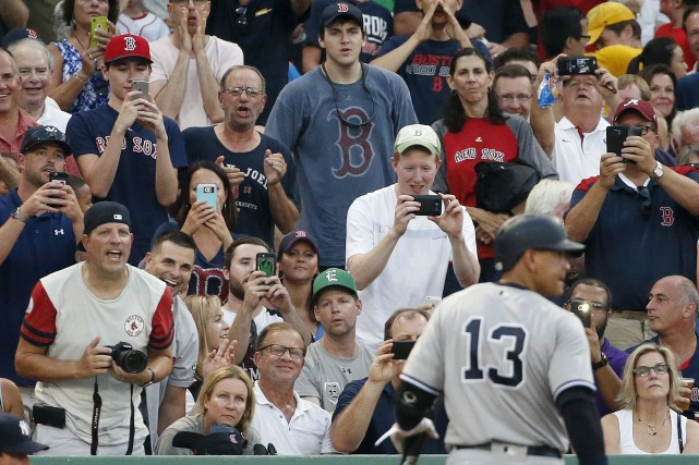 Jeudi, les partisans des Red Sox ont profité... (AP, Michael Dwyer)