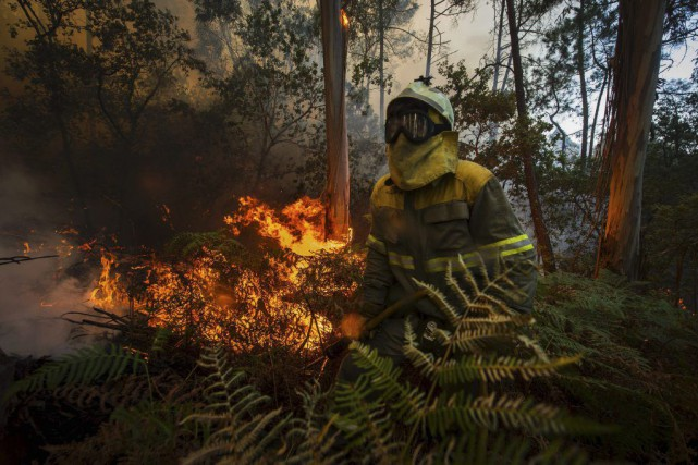 Un pompier à Arbo, dans le nord-ouest de... (PHOTO MIGUEL RIOPA, AFP)