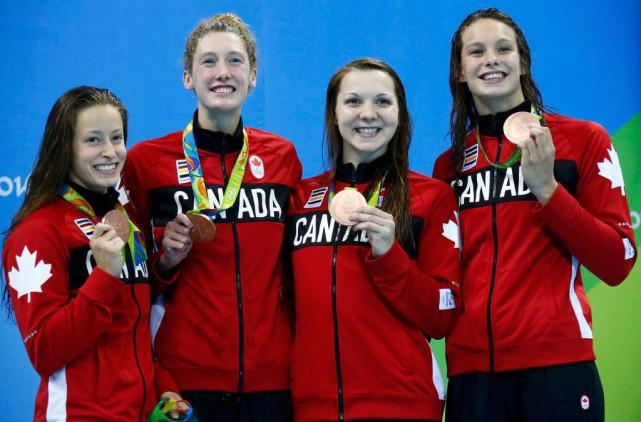De gauche à droite, les nageuses canadiennes Katerine... (PHOTO MARCOS BRINDICCI, REUTERS)