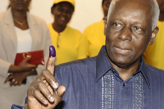 Le président angolais, Jose Eduardo dos Santos... (AFP)