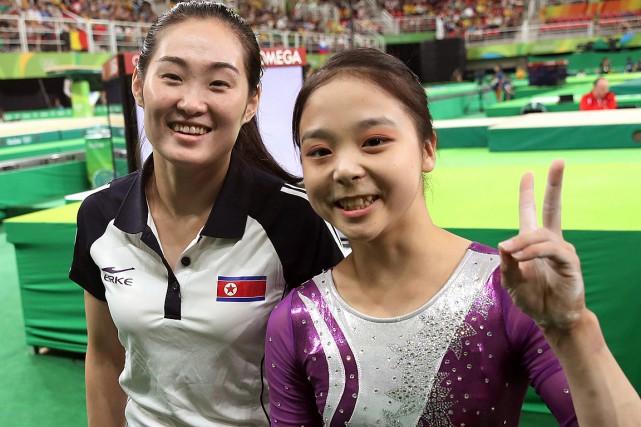 Lee Eun-Ju (à droite) etson homologue nord-coréenne Hong... (PHOTO KIM DO-HOON, AP/YONHAP)